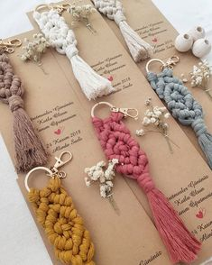 Bir concept nisan icin yola cikacaklar da bugun 🙏 guzel gunlerde kull… – Top Of The World Macrame Art, Macrame Projects, Macrame Knots, Macrame Jewelry, Art Macramé, Ideias Diy, Diy Keychain, Bridesmaid Gifts, Diy Gifts