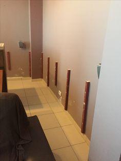 Los atornillamos teniendo en cuenta que podamos fijar los paneles encima, y que en algunos de ellos fijaramos dos planchas