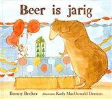 Beer is jarig, Bonny Becker.  Beer houdt NIET van verjaardagen. Hij vindt feestjes, ballonnen, wenskaarten en cadeautjes maar niks. Het liefst zou hij op z'n verjaardag alleen zijn en zijn huis schoonmaken of zoiets. Maar zijn vriendje Muis denkt daar anders over! Dit boek is een kerntitel van de kinderboekenweek voor groep 1 & 2. € 14,50