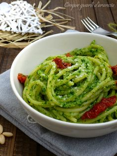 spaghetti pesto di rucola Vegetarian Recipes, Cooking Recipes, Healthy Recipes, I Love Food, Good Food, Spaghetti, Pasta Casera, Italian Pasta, Pasta Dishes