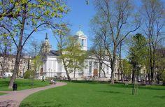Ruttopuistossa sijaitseva Vanha kirkko on Helsingin toiseksi vanhin kirkko. Sen kupeeseen tehtiin 1980-luvulla lasten leikkipaikka [Mika Lappalainen]