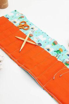 ama este patrón de tejido de ardilla roja gratis de Claire Garland haz clic para saber cómo descargarlo y descubrir otros patrones de tejido maravillosos para el otoño que seguro te encantará #knittingpattern #free #freepattern #knitting #autumn #frombritainwithlove Zip Around Wallet, Wordpress, Free, Beauty, Red Squirrel, Weaving Patterns, Squirrels, Red, Tejidos