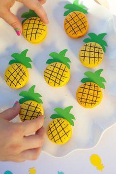 Cute and easy DIY pineapple macaroons! Macaroons, Macaron Cookies, Macaroon Cake, Flamingo Party, Cute Desserts, Delicious Desserts, Party Desserts, Dessert Original, Macaroon Recipes