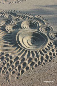 Motifs sur le sable (Installation) par Alain Bernegger