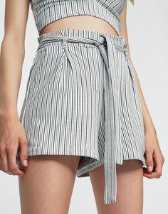 Pull&Bear - dla niej - odzież - szorty - spodenki tailoring w paski z paskiem do zawiązania - lodowy - 09694313-I2017