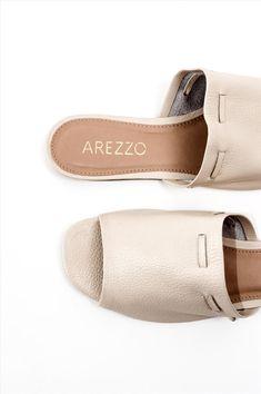 Γυναικεία σανδάλια Arezzo. Είναι κατασκευασμένα από άριστης ποιότητας υλικά, αντιολισθητική σόλα για σταθερό περπάτημα. Μια ιδιαίτερη επιλογή που θα δώσει ξεχωριστό στυλ σε κάθε σας εμφάνιση. Pool Slides, Shoes, Fashion, Moda, Zapatos, Shoes Outlet, Fashion Styles, Shoe, Footwear
