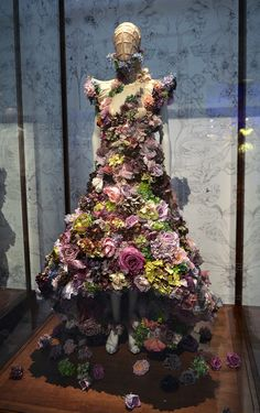 "The Opening Night Gala for ""Alexander McQueen: Savage Beauty"" at the Victoria and Albert Museum – 2019 - Floral Decor Alexander Mcqueen Couture, Alexander Mcqueen Savage Beauty, Floral Fashion, Fashion Art, Fashion Design, Feminine Fashion, Fashion News, Fashion Trends, Beauty Exhibition"