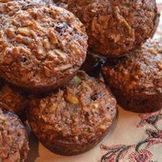 De la farine de blé entier, des noix, moins de sucre, des fruits et des graines de lin : ma version plus santé des traditionnels muffins pour le déjeuner.