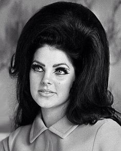 Gorgeous Priscilla Presley demonstrates how big hair helped land her The King. Style icons Gorgeous Priscilla Presley demonstrates how big hair helped land her The King. One Hair, Hair Dos, Pelo Retro, 1960s Makeup, Pelo Vintage, Retro Hairstyles, Bouffant Hairstyles, Wedding Hairstyles, Updo Hairstyle