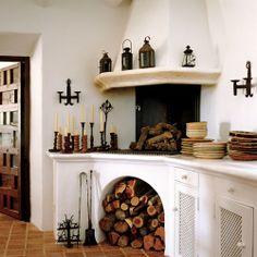 Se ha aprovechado la esquina de la cocina para ubicar una chimenea de obra que, además de dar calor en invierno, se puede cocinar en ella.