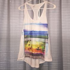 High low graphic tank top with beach scene Make me an offer :) if you'd like additional picture, please don't hesitate to ask! Tops Tank Tops