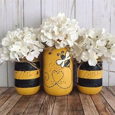 Set of 3 hand painted black and yellow Bumble Bee Mason jars. These hand painted jars are perfect for your shabby chic decor, farmhouse or rustic office decor. Painted only on the outside. Jars are ha Pot Mason Diy, Mason Jar Crafts, Pots Mason, Diy Home Decor Projects, Diy Projects To Try, Decor Ideas, Diy Ideas, Decorating Ideas, Sewing Projects