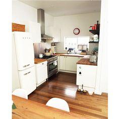Megszokottnak mondható a fehér bútorlap és a fa munkalap párosítása, de az U alakú konyha összességében modern és otthonos érzetet kelt!