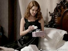 Em 'Joia', Sílvia se emociona com presente de Viktor | vanessa_barreto - Yahoo TV. ´´Silvia deve esquecer a  vingança e se casar com Viktor´´. SIM OU NÃO .