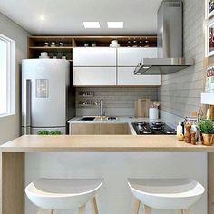 Cozinha clean, pequena e funcional 😍 Autoria desconhecida ✍🏼 . Kitchen Room Design, Interior Design Living Room, Kitchen Decor, Interior Decorating, Micro Kitchen, Dirty Kitchen, Dream Home Design, House Design, Minimal Home