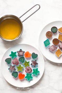 Versare il succo di frutta negli stampini - Ricetta Caramelle Gelèe