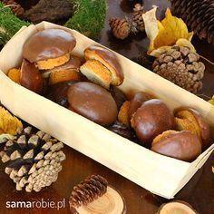 Ciastka grzybki - najprostszy przepis! Wyglądają jak prawdziwe grzyby, a zrobi je każdy. Macie blachę do muffinów? To już możecie zabierać się do pracy. Cookie Desserts, Cookie Recipes, Dessert Recipes, Unique Desserts, Delicious Desserts, Fall Recipes, Sweet Recipes, Xmas Food, Dessert For Dinner