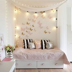 Girl Room Decor Ideas - How can I make my teenage girl's room better? Girl Room Decor Ideas - How do you decorate a teenage girl's bedroom wall? Diy Crafts For Bedroom, Diy Room Decor For Teens, Cute Bedroom Ideas, Home Decor Bedroom, Bedroom Wall, Decor Room, Master Bedroom, Interior Design Career, Teen Girl Bedrooms
