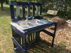 Original  Pallet Garden Washing Station  #garden #repurposedpallet #sink Our large garden is ways back from our house, and we wanted something close to wash and process our vegetables. We had our old kitchen sink, and I stu...