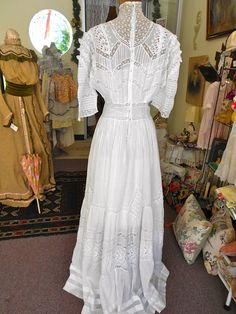 1905 38 bust batiste cotton and inserted lace Edwardian Clothing, Antique Clothing, Edwardian Fashion, 1900s Fashion, Edwardian Era, Vintage Fashion, Vintage Gowns, Vintage Outfits, Lingerie Gown