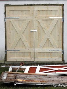 Kattene mine lager engler i sneen » Blog Archive » Å bygge låvedør: trinn for trinn Diy Barn Door, Barn Doors, Hen House, Fence Gate, Garage Doors, Home And Garden, Cottage, Blog, Outdoor Decor