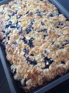 Crumble cake with blueberries Sweet Recipes, Cake Recipes, High Tea, Food To Make, Cupcake Cakes, Bakery, Sweet Treats, Deserts, Good Food