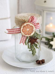 Tutti guardano le nuvole: Decorate a glass jar with wooden disks paintings. Christmas Jars, Homemade Christmas Gifts, Christmas Wrapping, Country Christmas, Homemade Gifts, Christmas Tree Ornaments, Christmas Time, Christmas Crafts, Christmas Decorations