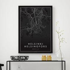 Erittäin tyylikäs ja minimalistinen näkemys Helsingin keskustasta. Kartasta löydät kaikki Helsingin kadut ja polut, joten voit löytää myös oman kotikatusikin siitä! Julisteen koko 50 x 70 cm. Painettu laadukkaalle 170-grammaiselle mattapintaiselle paperille. Juliste myydään ilman kehyksiä. Postitetaan postitusputkessa.