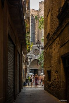 Narrow streets of the beautiful Gothic Quarter in Barcelona #barcelona #barcelonawedding