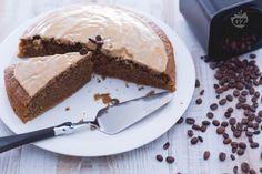 La torta all'acqua al caffè è un dolce senza burro e uova, facile da preparare. Soffice e leggera, è ideale per stupire con tutto l'aroma del caffè.