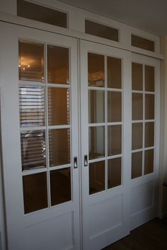 Moderne kamer en suite met vier identieke deuren