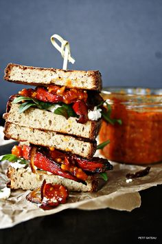 Sandwich mit süß-scharfem Kürbis, Paprika-Chutney, Rucola und Schafskäse // Sandwich with sweet and spicy pumpkin