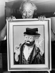Red Skelton, posing with one of his paintings in sold his art for many years through the. Center Art Gallery in Hawaii. Red Skelton Paintings, Childhood Memories 90s, Send In The Clowns, Star Show, Sugar Skull Art, Vintage Witch, Halloween Halloween, Vintage Halloween, Halloween Makeup
