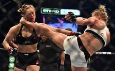 VIDEO: Mira A Ronda Rousey Ser Noqueado Por Holly Holm En Su Primera Derrota Del UFC   Holly Holm registró una de las mayores sorpresas deportivas de todos los tiempos por la anulación de la superestrella UFC Ronda Rousey.  Rousey la gran favorita antes de la pelea fue golpeada con una patada de Holm en el segundo asalto de su pelea por el título UFC ante una andanada de golpes sobre la lona que termino en el fin de la pelea por el artbitro. Rousey que estaba invicto en sus 20 peleas…
