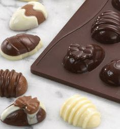 Delicious little chocolates with eggnog filling in Easter egg shape - Eat Recipes Chocolate Cups, Homemade Chocolate, Candy Recipes, Dessert Recipes, Egg Shape, Easter Eggs, Deserts, Food And Drink, Pudding