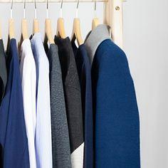 Vom Wintermantel bis zur Bluse. Bleib deinen Farben treu und lass so deine individuelle minimalistische Garderobe enstehen. Wenn alle Kleidungsstücke in deinem Kasten gut miteinander kombinierbar sind reichen wenige Teile für hunderte Kombinationsmöglichkeiten. Capsule Wardrobe, Minimalist Wardrobe, Winter Coat, Blouse, Colors