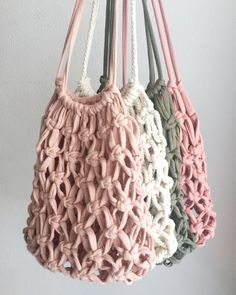 Bolso Infantil Boho Macramé Artesanal Boho Macramé Handmade Children's Bag, ideal to complement the bohemian style of the little ones. Hand woven with cotton rope. Diy Macrame Wall Hanging, Macrame Art, Macrame Projects, Macrame Mirror, Macrame Curtain, Boho, Bohemian Style, Crochet Market Bag, Macrame Design