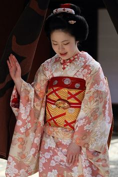 I think this kimono is beautiful. I've worn a yukata, I'd like to have an occasion where I would wear a real kimono, just once.