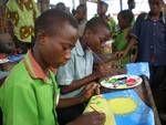 """In der Nähe der Stadt Akosombo am Voltasee, in dem kleinen Dorf Aglova malte ich mit Kindern und Jugendlichen, erzählt Arno Lindenberg, der Kopf von KRASS vor Ort in Rösrath""""."""