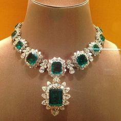 Jewelry OFF! Elizabeth Taylors Jewellery Collection - The Bulgari Emerald Parure. Bought for her over the years by Richard Burton this set includes Emeralds from the collection of Grand Duchess Vladimir. Emerald Jewelry, Turquoise Jewelry, Diamond Jewelry, Elizabeth Taylor Jewelry, Vintage Jewelry, Handmade Jewelry, Jewelry Accessories, Jewelry Design, Luxury Jewelry
