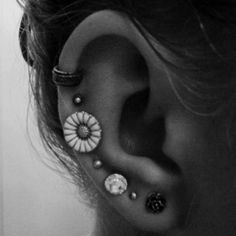Thinking about adding a third ear piercing to one of my ears.perhaps the highest piercing or the one where the flower is. Piercing Tattoo, Et Tattoo, Tattoo Art, Piercings Bonitos, Multiple Earrings, Do It Yourself Fashion, Multiple Ear Piercings, Tragus, Cartilage Piercings