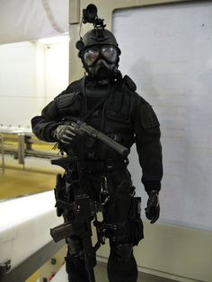 Tactical Armor, Tactical Wear, Tactical Clothing, Sexy Military Men, Military Police, Urban Survival Kit, Special Air Service, Surplus Militaire, Military Special Forces