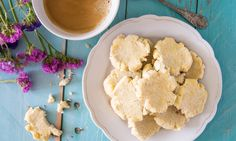 Pár perces mindenmentes kókuszkeksz  Igazi plédben kuckózós időnk van már, amikor jól esik egy bögre forró teával elbújni a világ elől. A tea mellé pedig kekszet majszolni az egyik legjobb dolog, ugye? Most mutatunk egy pofonegyszerű, kókuszos keksz receptet, ami ráadásul glutén-, tej-, és cukormentes is!