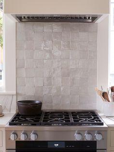 White Kitchen Backsplash, Ikea Kitchen, Kitchen Tiles, Kitchen Furniture, Furniture Nyc, Cheap Furniture, Rustic Country Kitchens, Country Kitchen Designs, Style At Home