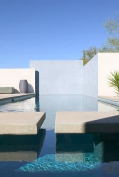 This space draws me in and takes me to a private space. It invites me to swim in their crystal clear pool. Winter Residence, Tucson (Arizona) _ by Ibarra Rosano Design Architects _ Pool Piscina, Skimmer Pool, Pool Water Features, Modern Pools, Beautiful Pools, Dead Gorgeous, Simply Beautiful, Dream Pools, Swimming Pool Designs