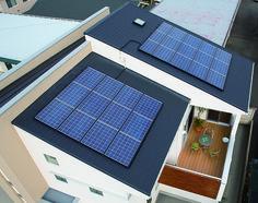 大容量(5kW)の太陽光発電。二世帯の大屋根には、大容量5kWの太陽光発電パネルを搭載しています。 太陽光発電 ウッドデッキ 