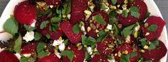 Recept voor een frisse salade van rode bietjes, spinazie, pistachenootjes en geitenkaas. Een overheerlijke toplunch. Maar ook ideaal als maaltijdsalade in de avonduren als je een dagje zonder vlees hebt gepland. Snel klaar en ook makkelijk mee te nemen naar je werk. Lovely!