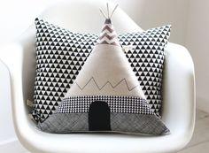 """Tipi Zelt Kissen """"Pfiffiges Bison"""" für Abenteurer. Diese Kissenhülle ist aus japanischen Leinen gemixed mit Stoffen in geometrischen Mustern und mit Seidengarn zusätzlich bestickt. Das Tor ist..."""