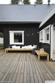 Exterior Paint Colors - You want a fresh new look for exterior of your home? Get inspired for your next exterior painting project with our color gallery. wood house ✔ 50 Best Exterior Paint Colors for Your Home Café Exterior, Best Exterior Paint, Design Exterior, Black Exterior, Exterior Paint Colors, Exterior House Colors, Paint Colours, Modern Exterior, Style At Home