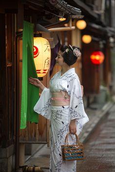 祇園祭真っ只中のこの日、祇園甲部のスーパースター紗月さんを撮影する機会に恵まれました。 祇園祭の時だけに結う「勝山」、浴衣姿でまさに祇園祭です。  ...